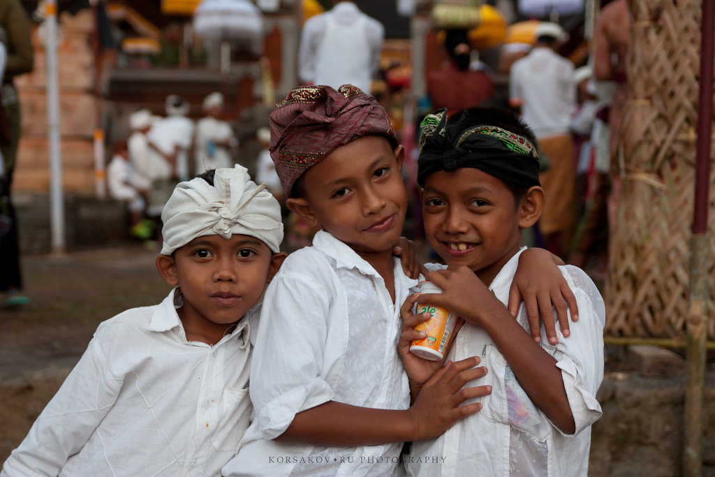 Balinese ceremony kids